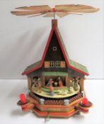 Weihnachtshaus mit Spieluhr, Erzgebirge, 1960/70er Jahre, Walzenspielwerk, Holz