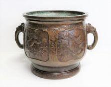 Henkeltopf, sog. Cachepot, China, 19. Jahrhundert, Bronze patiniert, Griffe in