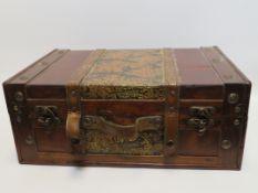 Koffer, Holz mit Messing, Lederbeschlag, 20. Jahrhundert, 16 x 40 x 28 cm.
