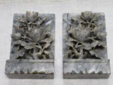 Paar Buchstützen, Blütenschnitzereien, Marmor, kl. Best., 18 x 11 x 5,5 cm.