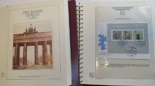 """2 Mappen, """"750 Jahre Berlin"""" und """"XIX. Weltkongress Hamburg 1984"""", mit Briefen und Briefmarken."""