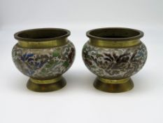 2 Cachepots, China, Messing mit farbigem Cloisonné, 5 kleine Besch., h 10,5 cm, d 12,5 cm.