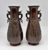 2 Vasen, Japan, um 1900, Bronze patiniert, h 31 cm, d 14 cm.
