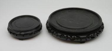2 Vasenuntersetzer, China, Holz geschnitzt, h 4/5 cm, Außendurchmesser 13,5/22 cm, Innendurchmesser