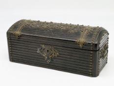 Schatulle, 19. Jahrhundert, Holz mit reichem Messingbeschlag, Schlüssel fehlt, ein Griff lose, 10,5