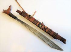 Klewang, Philippinen, Moro, um 1900, Eisenklinge, Holz geschnitzt, l 65 cm, d 10 cm.