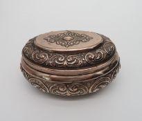 Deckelschatulle, Historismus, um 1890, Kupfer getrieben, 7 x 14,5 x 10 cm.