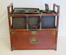 Tragbares Reisegestell (für Speisen), China, Meiji Periode, 1868 - 1912, 2 Metallgefäße, Holz, rest