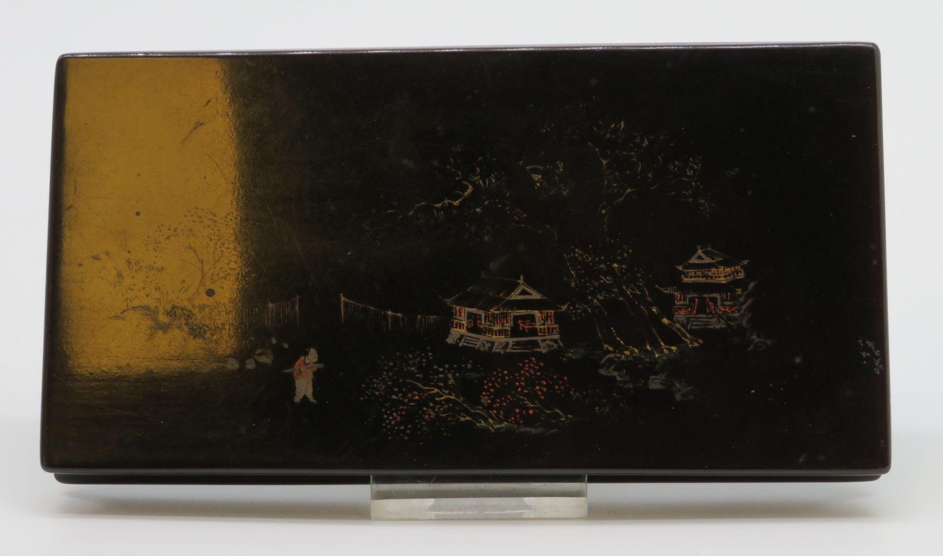 Schatulle, Japan, Lackarbeit mit Resten von polychromer Bemalung, 16 x 8,5 x 1,7 cm.