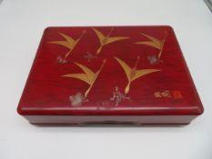Lackschatulle, Japan, Goldbemalung auf rotem Fond, Gebrauchsspuren, 20. Jahrhundert, 8 x 33 x 24 cm