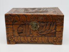 Schatulle, China, Kampferholz mit allseitigen Schnitzereien, 18 x 32 x 21 cm.