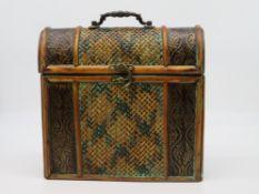 Koffer, Bast und Metall, 31 x 27,5 x 10 cm.