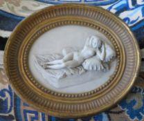 Reliefbild eines liegenden weiblichen Akts im Rahmen, Kunstguss, 30 x 36 x 4,5 cm.
