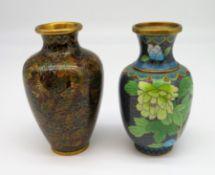 2 diverse Cloisonné Vasen, Japan, farbiger Zellenschmelz, unbeschädigt, h 13 cm, d 7 cm.