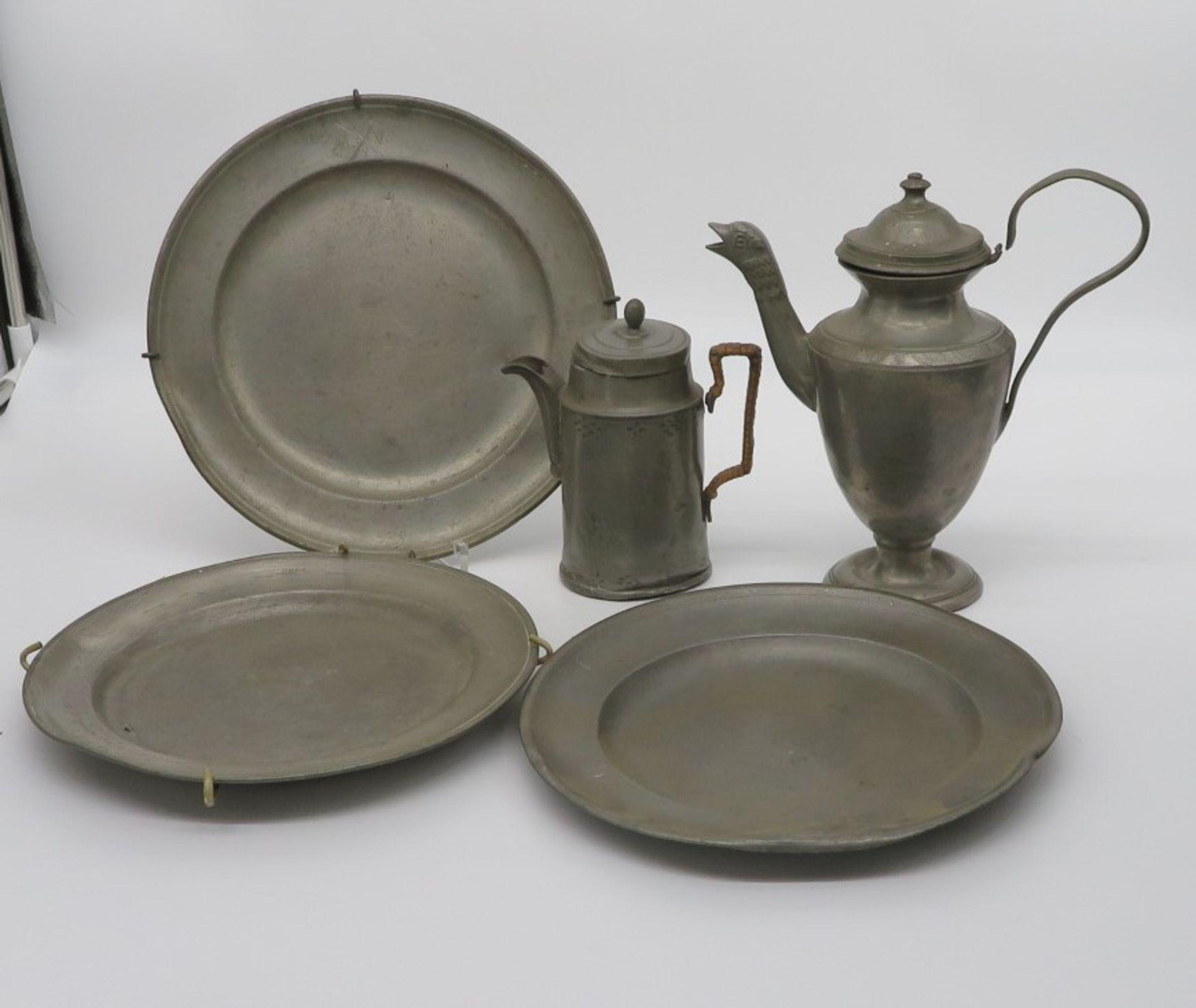 5 teiliges Konvolut antikes Zinn, 3 Teller und 2 Kannen, höchste h 21 cm.
