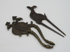 2 antike Betelnusszangen, Indien, um 1800, Messing und Eisen, 17,5 x 7 cm.