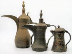 3 antike Kannen, Persien, Messing und Kupfer, h 16/25/31,5 cm.
