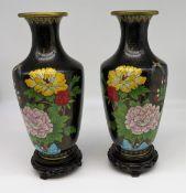 Paar Cloisonné Vasen, China, 1. Hälfte 20. Jahrhundert, farbiger Zellenschmelz mit Blumen- und Inse