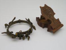 Taschenuhrenständer und Armband, Triberg/wohl Afrika, Holz geschnitzt.