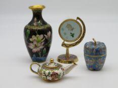 4 diverse Cloisonné Objekte, China, Deckeldose, Teekanne, Spiegel und Vase, farbiger Zellenschmelz,