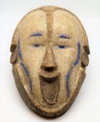 Tanzmaske, Afrika, Holz geschnitzt und polychrom gekalkt, 41 x 26,5 x 16 cm.