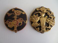 2 Schnitzereien, China, Holz gefasst und vergoldet, d 14/15 cm.