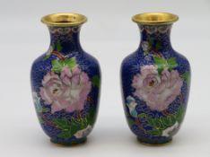 2 Cloisonné Vasen, China, farbiger Zellenschmelz mit Blütendekor, h 12,5 cm, d 7 cm.