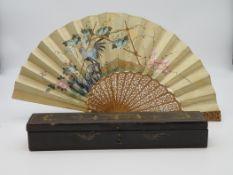 Fächer, China, um 1900, Köpfe aus Elfenbein, Duftholz geschnitzt und handbemalt, originale Lackscha