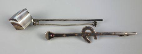 2 silberne Broschen: Stabbrosche mit Hufeisen und kleinem Almandin, 800er Silbe