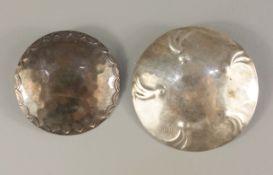 2 runde, silberne Broschen mit Hammerschlag, Art Déco, Gesamt-Gew.14,45g, 1* mi