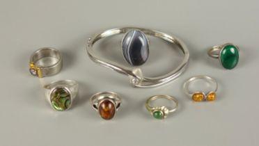 Armreif und 7 Ringe, überwiegend 925er SilberGesamt-Gew.54,39g; ovaler, scharnierter Reif, I