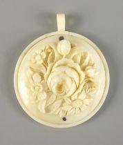 Anhänger mit Blumenbukett, um 1890, ElfenbeinGew.8,36g, rund, aufgearbeitete Platte mit Schn