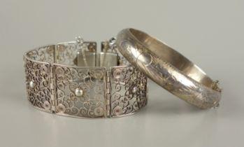 Armreif, 925er Silber und Filigranarmband, 835er SilberGesamt-Gew.51,92g; ovaler, scharniert