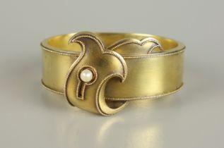 Armreif mit kleiner Perle, Schaumgold, Biedermeierscharnierter, ovaler Reif mit Steckschloss