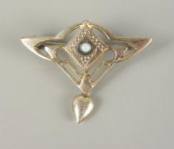 Brosche mit kleinem Opal, Jugendstil um 1900, Doublérunder Opal-Cabochon, Durchbruchkorpus m