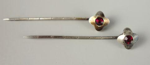 Paar Nadeln mit rubinrotem Stein, SilberGew.1,37g, jeweils 1 runder, facettierter Stein in B