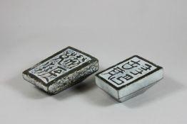 Paar Stempelsiegel, Stein, Trapezförmig, unregelmäßig, oben und unten Ornamentiert. Maße: 6,5 x
