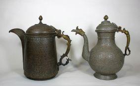Paar Wasserkannen, Iran, Bronze, vollständig Ornamentiert, eine Kanne bemalt, geschwungene Griffe<