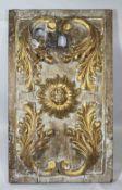 Schnitzerei, Holz, gold bemalt, Blütte mittig umgeben von Akkantusblättern. Maße: 62 x 37 cm. Al