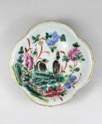 Vierpass Fußschale, Familie Rose, Qing-Dynastie, China, 19. Jh., Porzellan, polychrome Überglasur