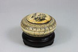 Deckeldose mit Holzsockel, China, signiert, Elfenbein beschnitzt, graviert, Deckel verziert mit Dar