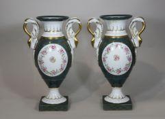Vasenpaar, Limoges, Frankreich, Porzellan, polychrom bemalt unter Glasur, Gold bemalt, Blumenapplik