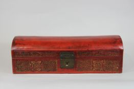Kleine rote Kiste, Holz, rot lackiert, gold bemalt, Schaniere und Griefe aus Metall, Schnitzereien<