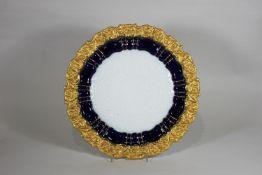 Meissen Prunkteller, Porzellan, Weiß, Kobaltblau und Gold, Akanthus- & Rocaillenrelief, unterseiti