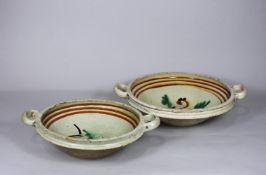 Zwei Keramikschalen, oberseitig glasiert, poylchrome Verzierung im Spiegel, seitlich zwei kleine He