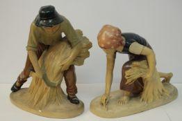 Paar bäuerliche Skulpturen Farbig gefasst Prägemarke unleserlich Bauern bei der Feldarbeit wohl um