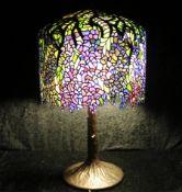 Tischlampe im Tiffany-Stil, Opaleszenz-Glas und Bronzefuß, H: 83 cm, 20. Jh.