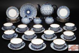 Teeservice für 12 Personen. LOMONOSOV St. Petersburg. 2. Hl. 20. Jahrhundert. Netzdekor in Blau