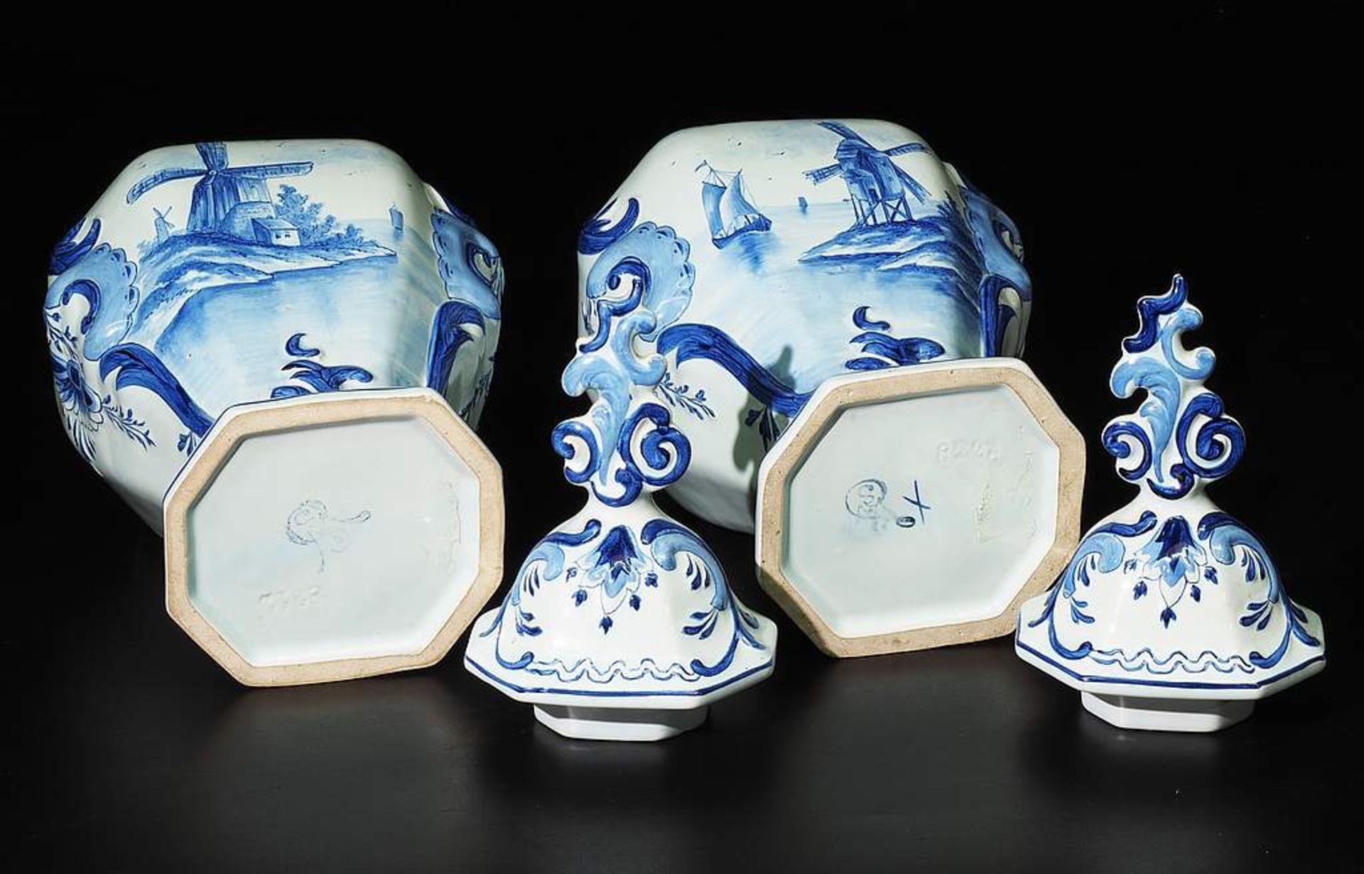 Paar Deckelvasen, Fayence, Blaumalerei. - Image 6 of 7