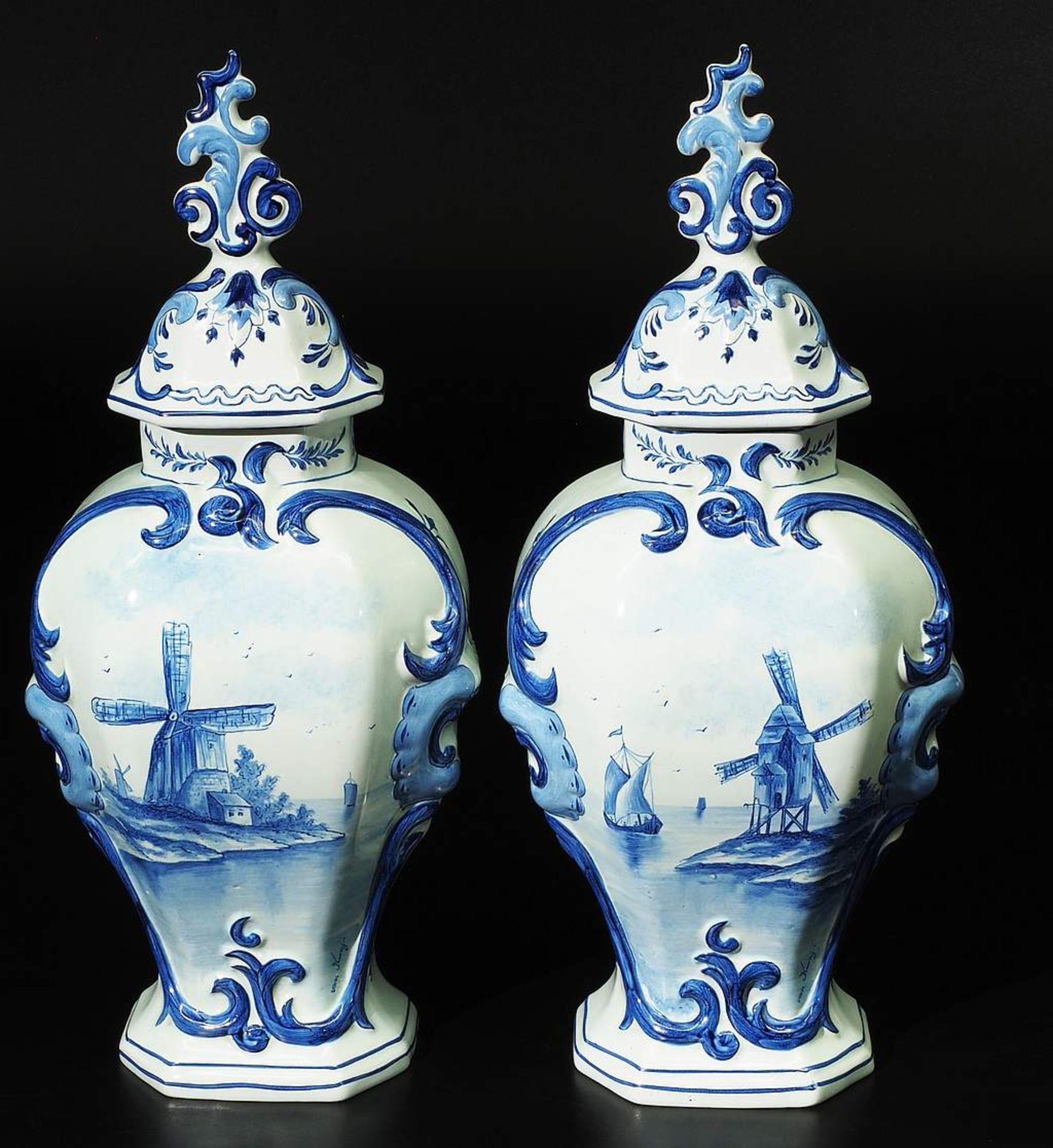 Paar Deckelvasen, Fayence, Blaumalerei. - Image 2 of 7